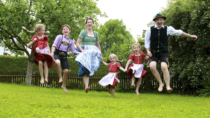 Familie auf dem Bauernhof demeter Sommer Rosenheim